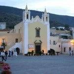 Piazza-sul-molo-di-Salina